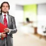 homme d'affaires avec le presse-papiers rouge au bureau — Photo