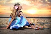 美しい若い女性はビーチで — ストック写真