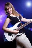 Menina da moda com guitarra tocando hard rock — Foto Stock
