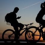 Couple bicycler on sunset — Stock Photo
