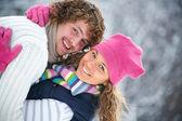 Молодая пара игривый имеет удовольствие зимнее время в снежный парк — Стоковое фото