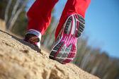Spor ayakkabı içinde bir kızın bacakları — Stok fotoğraf