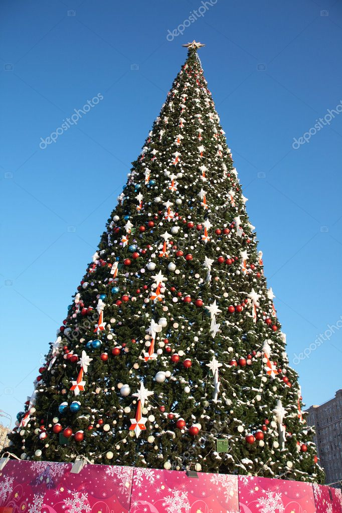 Large outdoor Christmas tree in snow and ornaments — Stock Photo #9900419
