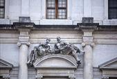 Standbeeld op het palazzo nuovo, bergamo alta — Stockfoto