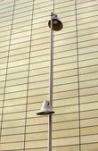 Straßenlampe, glasgebäude in mailand — Stockfoto