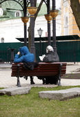 Women reading on the bench — Stock Photo