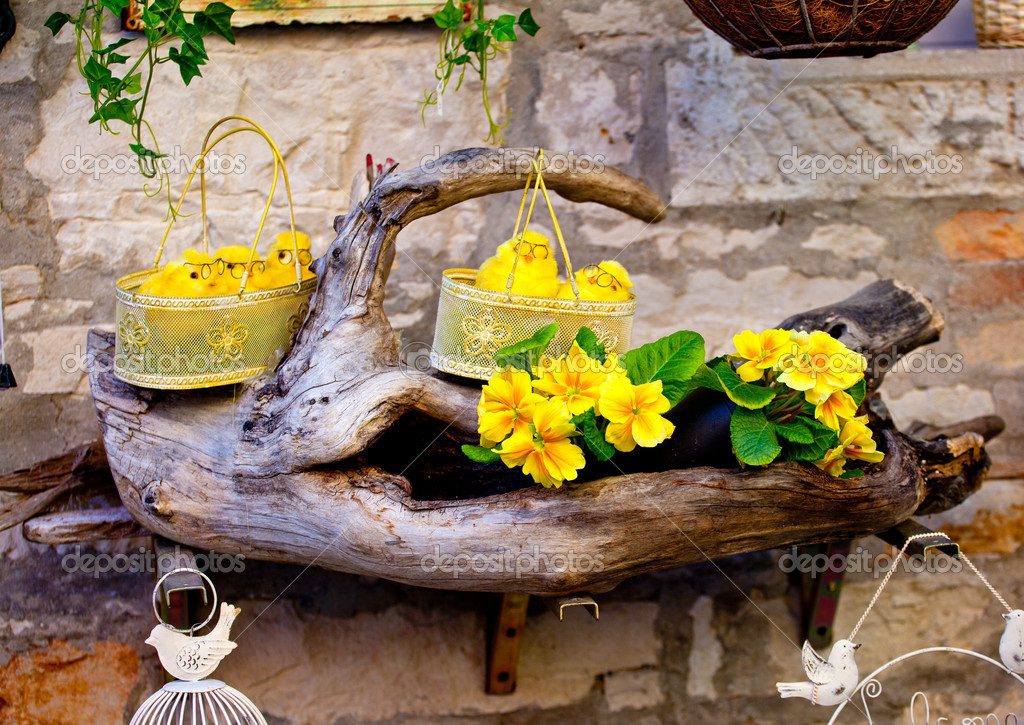 Fake chicks in baskets and fake flowers — Stock Photo #8765430