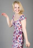 Rubia sonriente en un elegante vestido — Foto de Stock