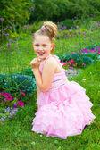 красивая девушка пахнет цветами в зеленой траве — Стоковое фото