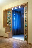 Intérieur de la maison avec un vitrail et un arc en bois — Photo