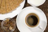 Taza de café con leche, azúcar y galletas. — Foto de Stock