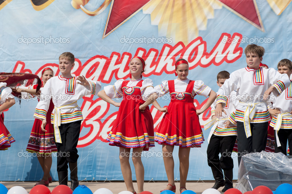 PODOLSK - MAY 9: Unidentified artists of ensemble of national dance Rodnichok dancing at event dedicated to Victory Day in WWII on May 9, 2012 in Podolsk, Russia — Stock Photo #10504091