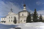 Vecchia chiesa sulla piazza del commercio nella città di suzdal — Foto Stock