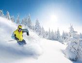Esquiador en altas montañas — Foto de Stock