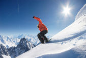 Sauter le snowboardeur — Photo