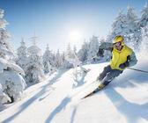 лыжник в высоких горах — Стоковое фото