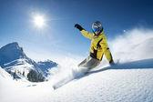 Esquiador nas altas montanhas — Foto Stock