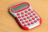 Bir tablo üzerinde kırmızı hesap makinesi — Stok fotoğraf