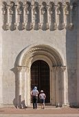 The woman and the girl at temple doors — Stock Photo