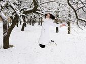 Flickan hoppar i vinter skog. — Stockfoto