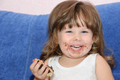 The little girl eats a cake — Stock Photo