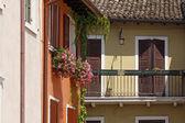 Garda, gammal del av townen, fasad detalj i italien, europa — Stockfoto