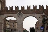 Der eingang und die wand von der piazza bra in verona, italien — Stockfoto