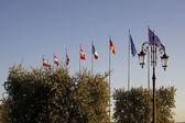 Bandiere davanti al porto barca a lazise, italia — Foto Stock