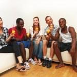 groep van multi-etnische vrienden genieten van een drankje — Stockfoto