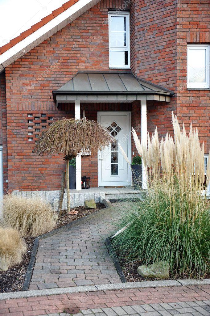 porte d 39 entr e moderne avec un jardin de devant photographie farina6000 8882428. Black Bedroom Furniture Sets. Home Design Ideas