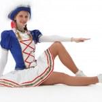 Junge Frau im Faschingskostüm sitzt auf dem Boden — Stock Photo