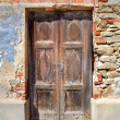Old wooden door. Serralunga D'Alba, Italy. — Stock Photo