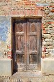Old wooden door. Serralunga D'Alba, Italy. — Stock Photo