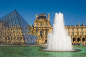 Glass pyramid and fountain in Louvre museum. — Stock Photo