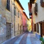 Narrow street. Serralunga D'Alba, Italy. — Stock Photo