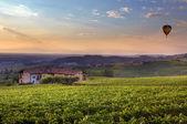 Atardecer en el piamonte. norte de italia. — Foto de Stock
