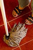 Femme, nettoyage d'un sol carrelé — Photo