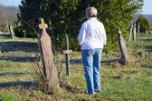 Mujer camina a través de un viejo cementeriovrouw loopt door een oude begraafplaats — Foto de Stock