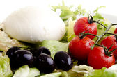 Mediterraner salat mit mozzarella, oliven und tomaten — Stockfoto