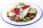 Fresh fried plaice with fresh salad and tomatoes — Stock Photo