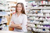 Femelle pharmacien souriant — Photo