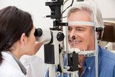 Człowiek przechodzi badania pola widzenia — Zdjęcie stockowe