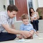 far och son rita med krita på sidwalk — Stockfoto