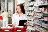 Farmacista femmina con tavoletta digitale — Foto Stock