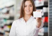 Farmacista consigliando prescritto medicina — Foto Stock