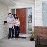 junge Familie vor Haus — Stockfoto