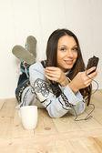 Joven mujer escuchando música — Foto de Stock