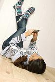 Mladá žena leží na podlaze v domě — Stock fotografie