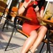 mooie vrouw in de straat café — Stockfoto