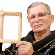 Old man holding empty wooden frame — 图库照片
